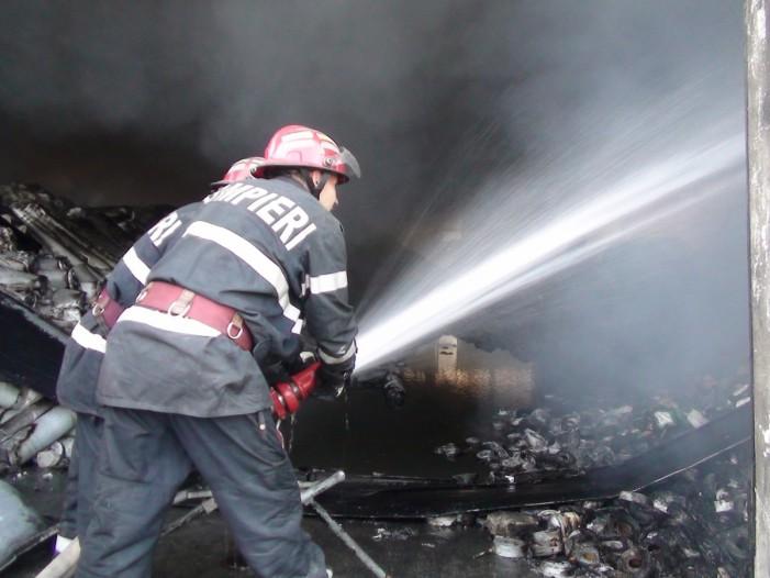 Doi bărbați s-au intoxicat cu fum în urma unui incendiu