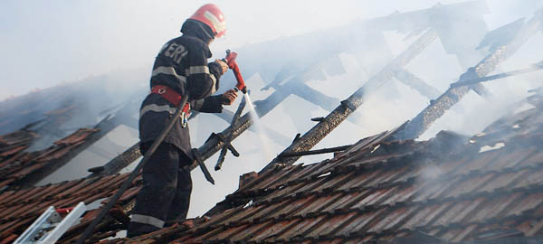 Casă distrusă de flăcări în localitatea Cămin
