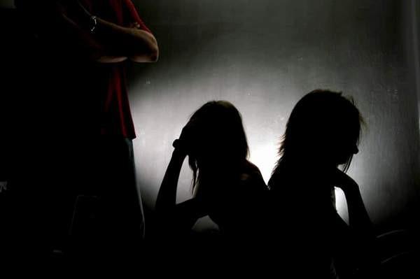 Reținuți pentru trafic de minori