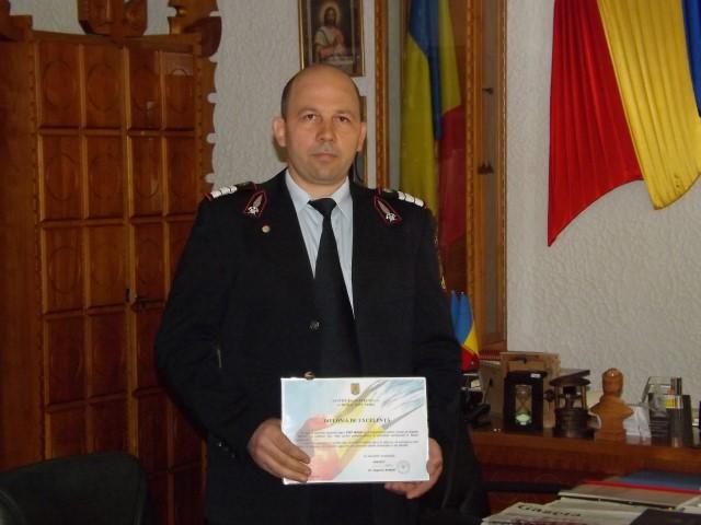 Pompierul erou, Mihai Nicolae Ștef, felicitat de prefectul Eugeniu Avram