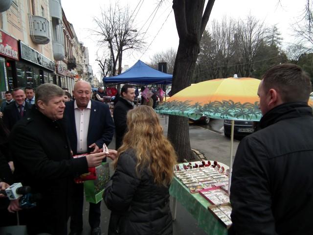 Seniorii și tinerii din PSD au oferit mărțișoare sătmărencelor