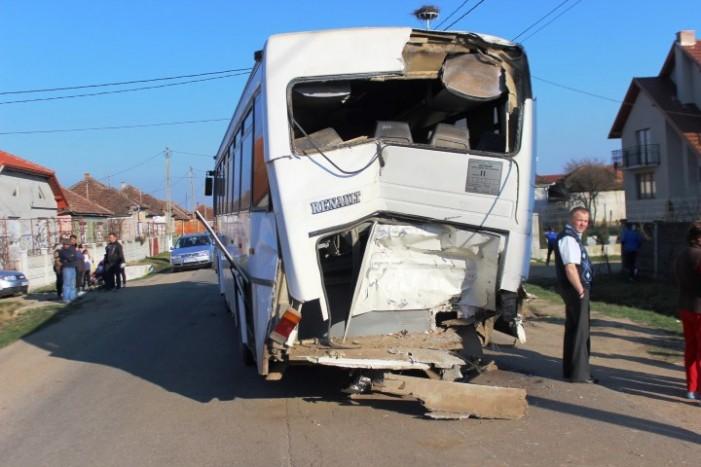 Două autobuze s-au ciocnit la Corod (Foto)