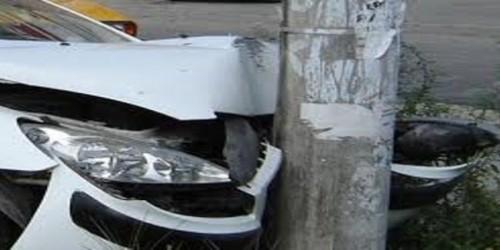 S-a oprit cu mașina într-un stâlp