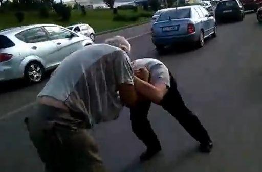 Bătaie ca-n filme între doi bătrâni din Baba Novac