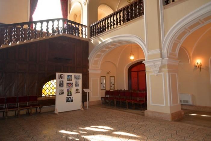 Fotografii cu personalități ale culturii irlandeze, expuse la Castelul Karolyi
