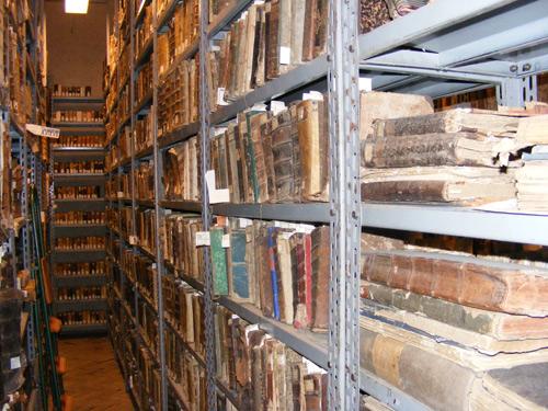 Însemnări şi însemne de proprietate pe cărţi vechi şi manuscrise surprinse într-o expoziţie foto-documentară