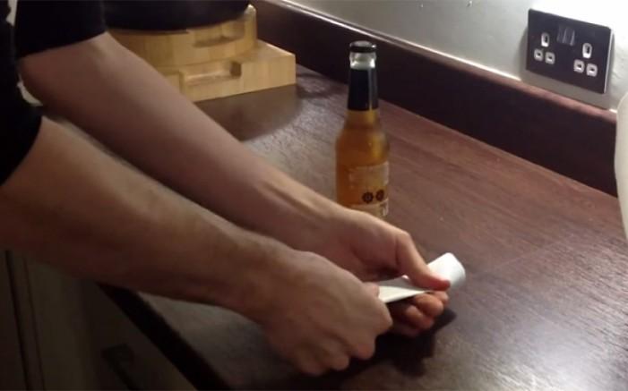 Cum deschizi o sticlă de bere cu o foaie A4