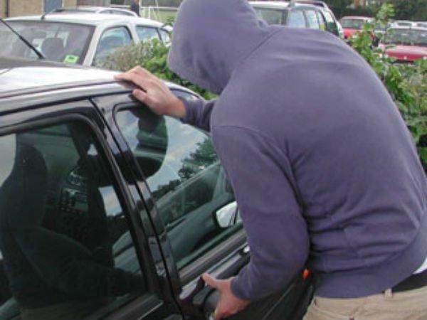 Tânăr reținut pentru că a furat o mașină din parcarea unui bar