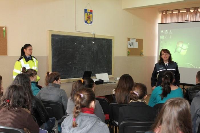 """Elevii Liceului Tehnologic """"George Barițiu"""" din Livada, invitați să devină polițiști"""