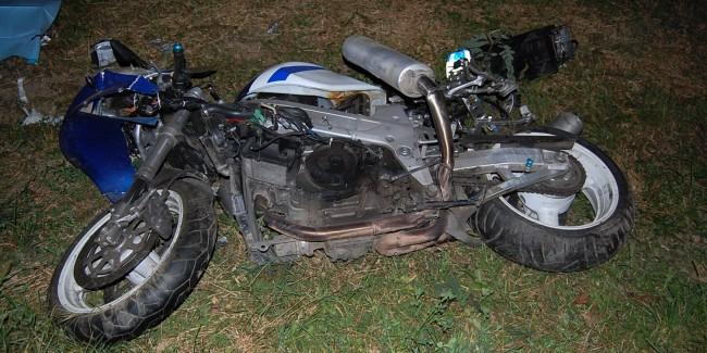 Tineri răniți grav după ce au intrat cu motocicleta într-un gard