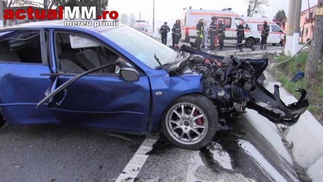 Cinci tineri din Negreşti s-au izbit cu maşina de un stâlp. Se deplasau cu 180 km/h (Galerie foto)