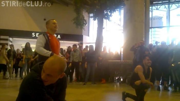 Cerere în căsătorie printr-un FLASH MOB de vis la Iulius Mall din Cluj (Foto&Video)