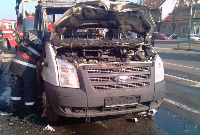 O autoutilitară a luat foc la ieșirea din Livada