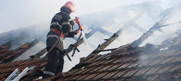Incendiu în localitatea Doba. O tânără de 18 ani a suferit arsuri grave