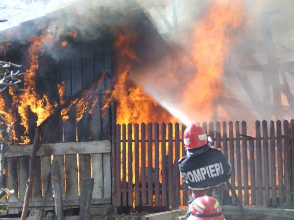 Incendiu la o casă din Pișcolt