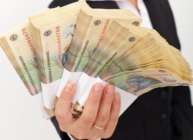 710 angajați din județul Satu Mare au salariul brut de peste 5.000 de lei pe lună