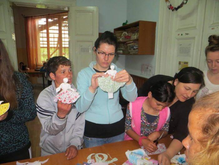 """Beneficiarii de la """"Stea"""" au învățat să confecționeze păpuși din cârpe"""