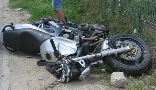 Un vitezoman a ajuns cu motocicleta în șanț