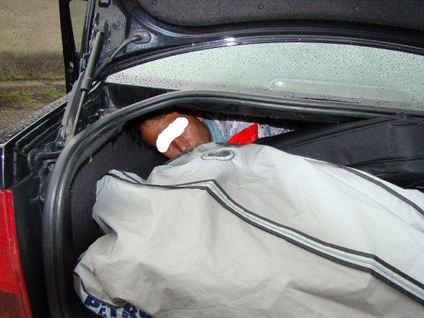 A vrut să iasă din țară și s-a ascuns în portbagajul unei mașini