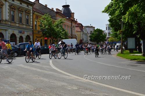 Sute de sătmăreni au pedalat pentru bibliotecă (Foto)