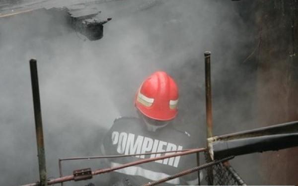 Explozie la o casă din Negrești. Femeie în stare gravă, scoasă de sub dărâmături (Galerie foto)