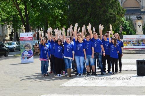 """Flashmob în fața Muzeului Județean, pentru copiii străzii de la Asociația """"Stea"""""""