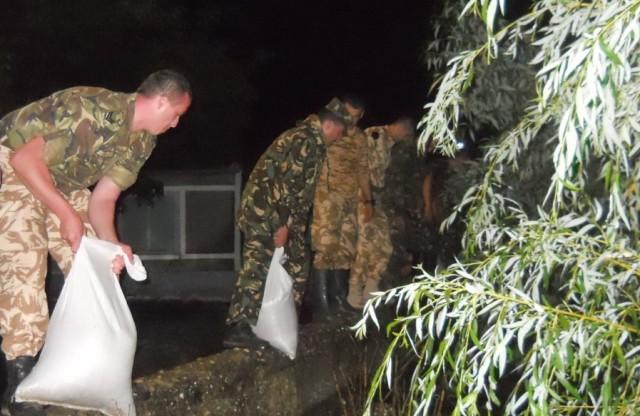 Militarii ajută la consolidarea digului râului Crasna