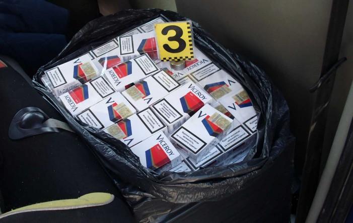 Sute de pachete de țigări și două mașini, confiscate de polițiștii de frontieră