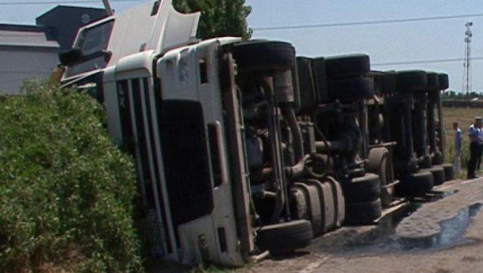 TIR răsturnat în șanț pe strada Gorunului din Satu Mare