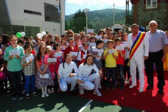 De 1 iunie, sătmăreanca Simona Pop i-a premiat pe elevii olimpici din Bușteni