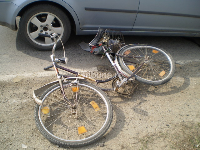 Biciclist lovit cu portiera mașinii. Victima, transportată la spital