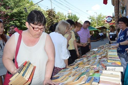 """""""Schimb de carte"""" în fața Bibliotecii Județene Satu Mare"""