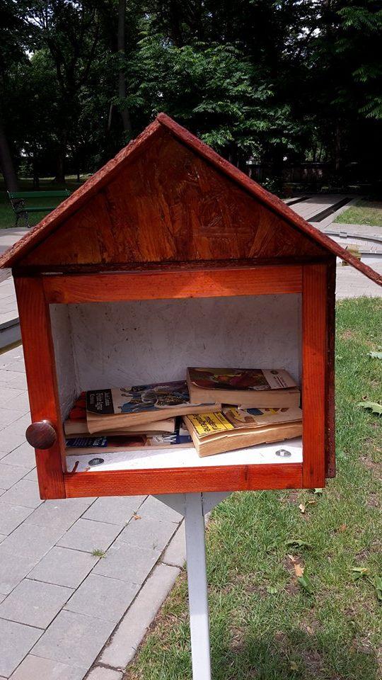 """20 de volume furate din """"Cuiburile de cărți"""" din Carei"""