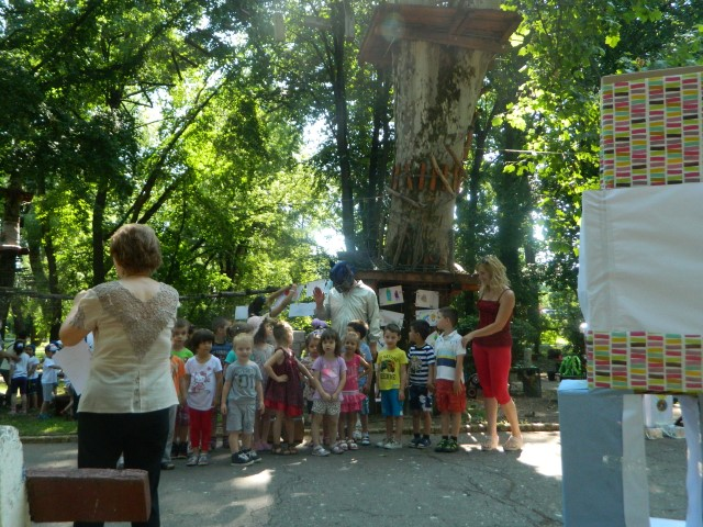 """Copiii au deschis """"porțile timpului"""" în Grădina Romei din Satu Mare"""