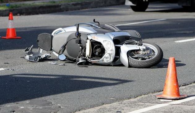 A intrat cu mopedul într-un stâlp de beton