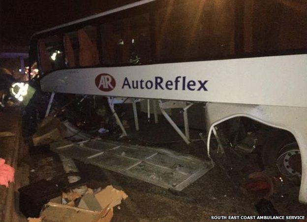 Accident cu șase răniți în Anglia: Un autocar din Satu Mare s-a izbit de un parapet (Foto)