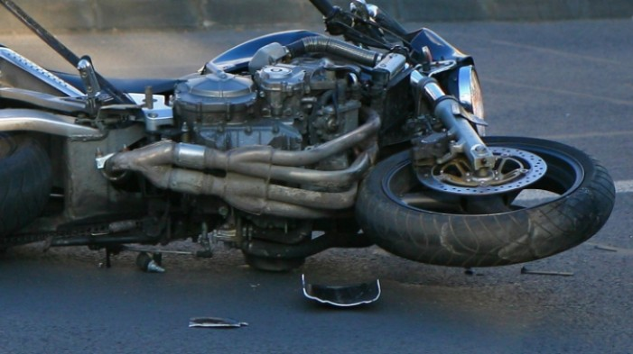 Motociclist accidentat de o șoferiță neatentă