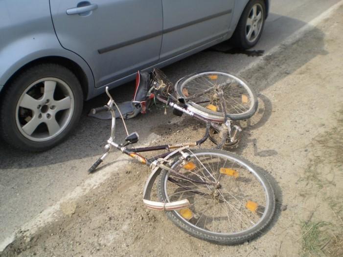 Biciclist lovit de portiera unei mașini