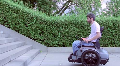S-a inventat scaunul cu rotile care urcă scările (video)