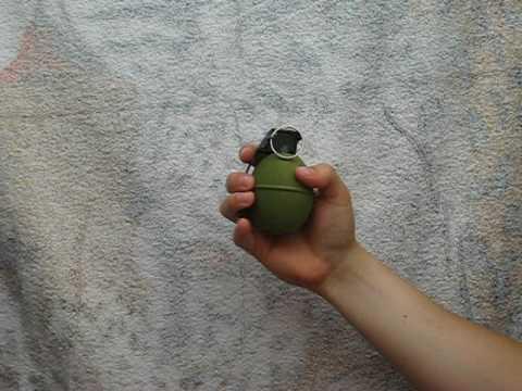 La un pas de tragedie: Femeie desfigurată de o grenadă