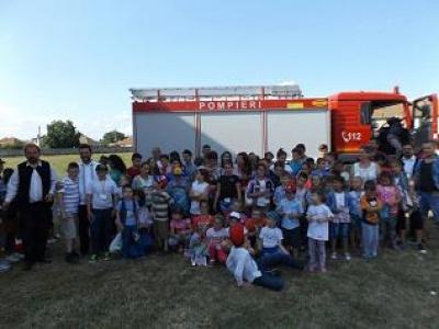 Pompierii au făcut demonstrații pentru copiii din Tabăra de vară de la Odoreu