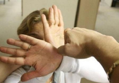 Scandal: Și-a bătut mama cu sălbăticie