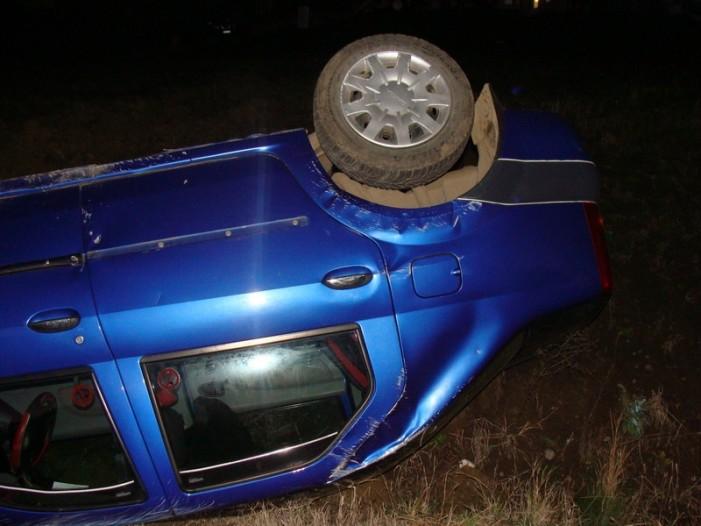 Un vitezoman beat și fără permis s-a răsturnat cu mașina în șanț