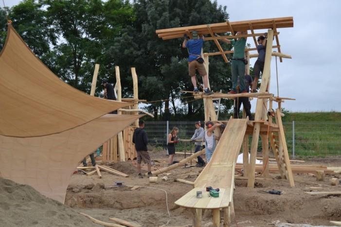 Teren de joacă construit de tineri germani la Turulung (Foto)