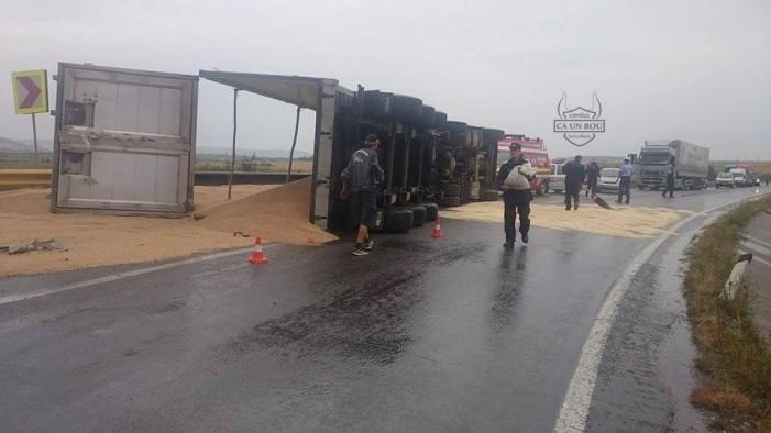 Un TIR s-a răsturnat pe șosea între localitățile Acâș și Supur (Foto)