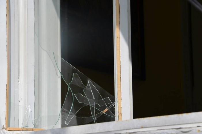 Unul dintre geamurile sediului UDMR Satu Mare a fost spart cu o cărămidă