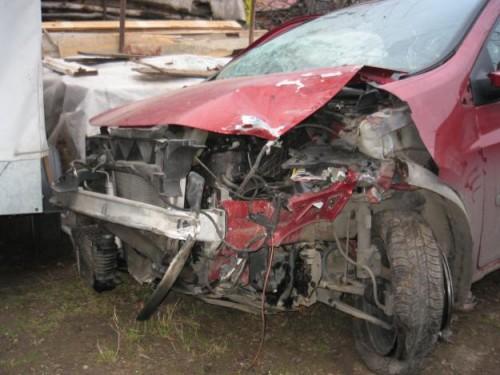 """Un șofer beat și-a """"parcat"""" mașina într-un gard"""