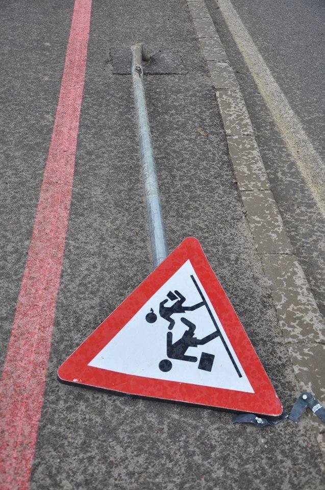 """""""Richard Inimă de Leu"""" s-a pus pe îndoit indicatoare rutiere"""