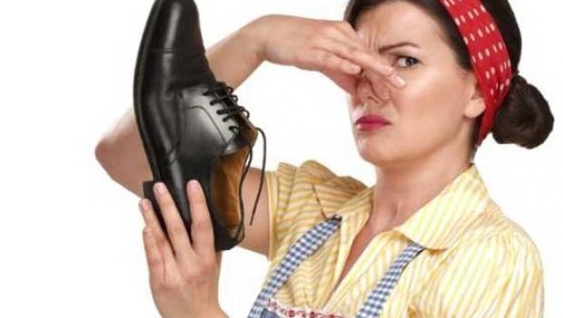 Cum scapi de mirosul urât al pantofilor