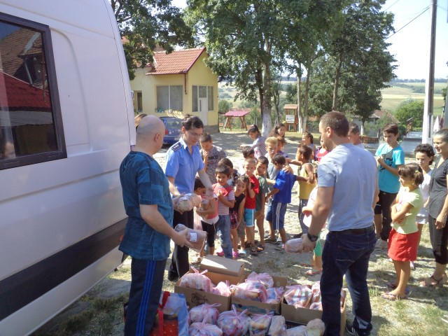 Deținuții au oferit cadouri copiilor de la Centrul de plasament de la Hurezu Mare